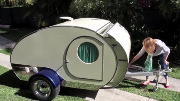 wow dieser mini wohnwagen h lt ganz viele berraschungen. Black Bedroom Furniture Sets. Home Design Ideas