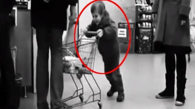 Ungezogenes Kind im Supermarkt