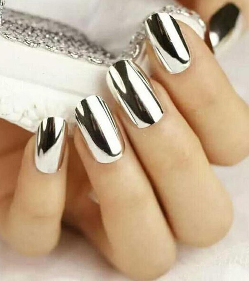 In diesen silbernen Nägeln kann man sich selbst sehen