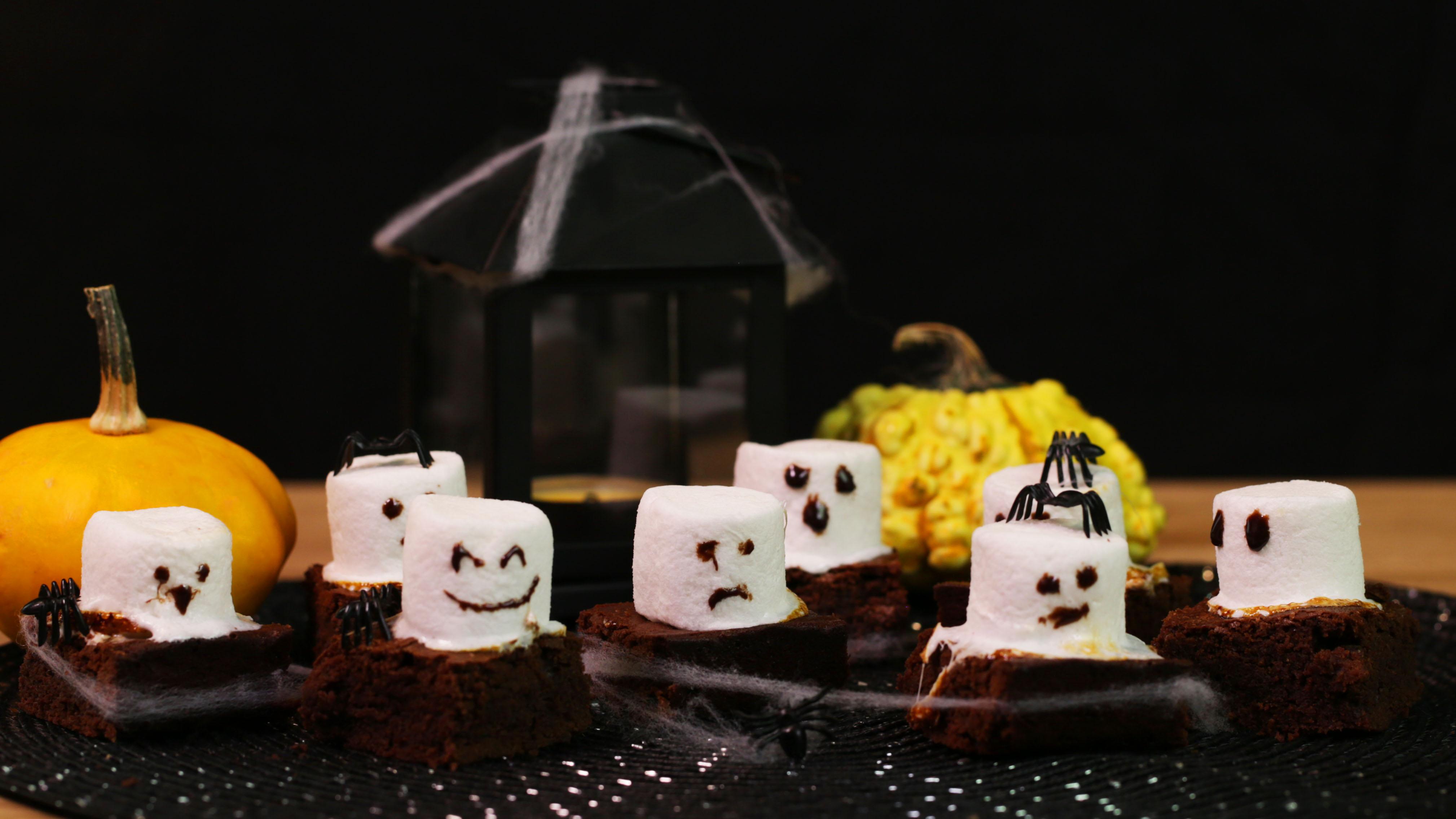 Gruselig köstlich: Mini-Brownies mit Marshmallow-Gespenstern…