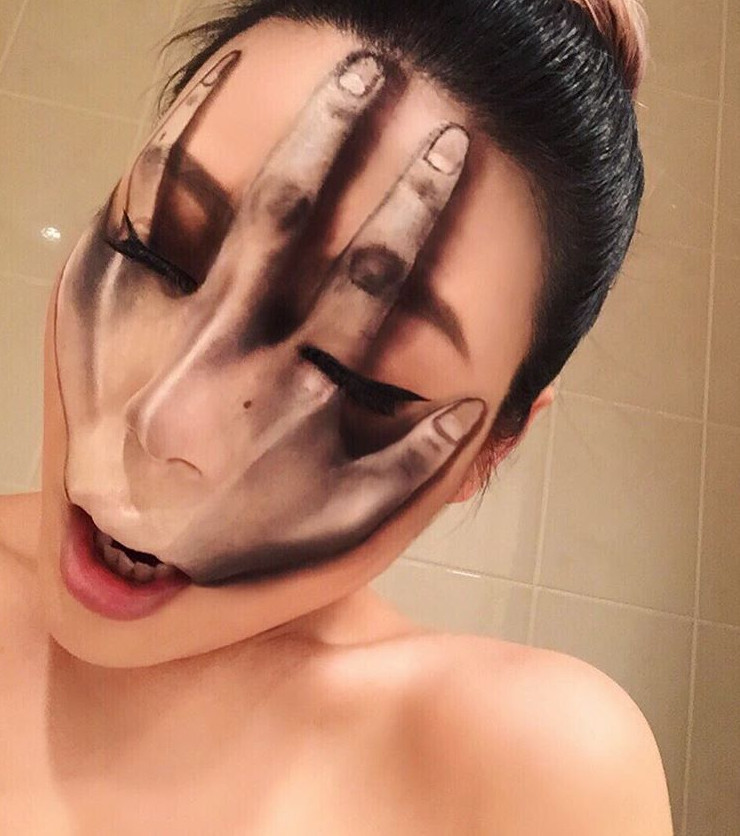 Make Up Diese Frau Schminkt Sich Und Bringt Augen Und Gehirn Ins