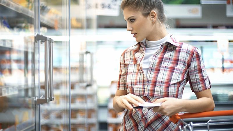 Was eine Frau mit dem Eis im Supermarkt anstellt, ekelt alle…