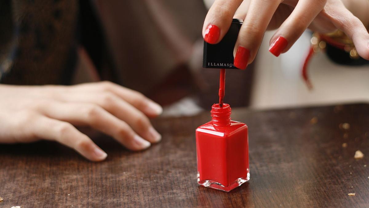 das passiert mit deinem k rper 10 stunden nachdem du nagellack aufgetragen hast. Black Bedroom Furniture Sets. Home Design Ideas