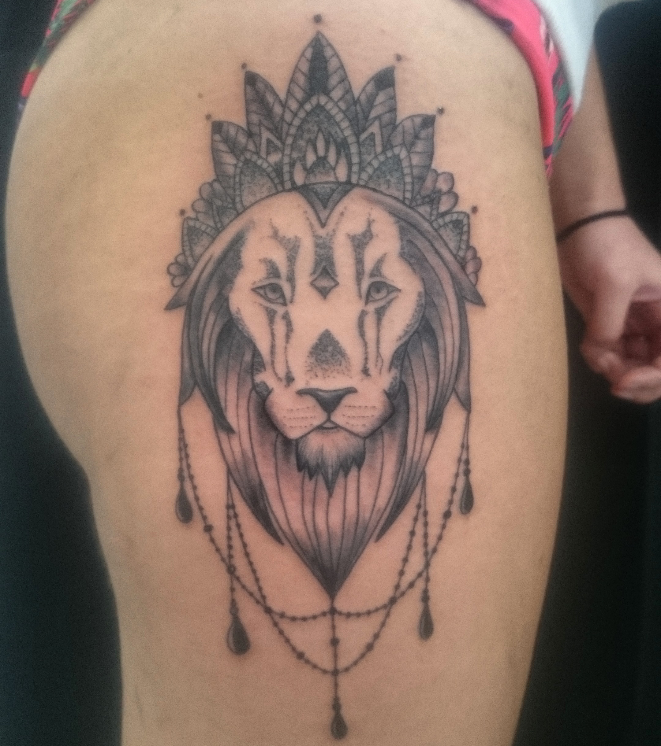 löwen tattoo oberarm