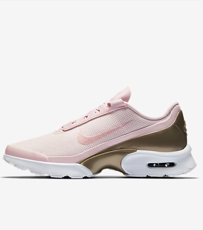 Sneaker im zarten Hellrosa, weiß oder metallfarben, das sind die verschiedenen Ausführungen dieser Nike Air Max Jewell. So schick!