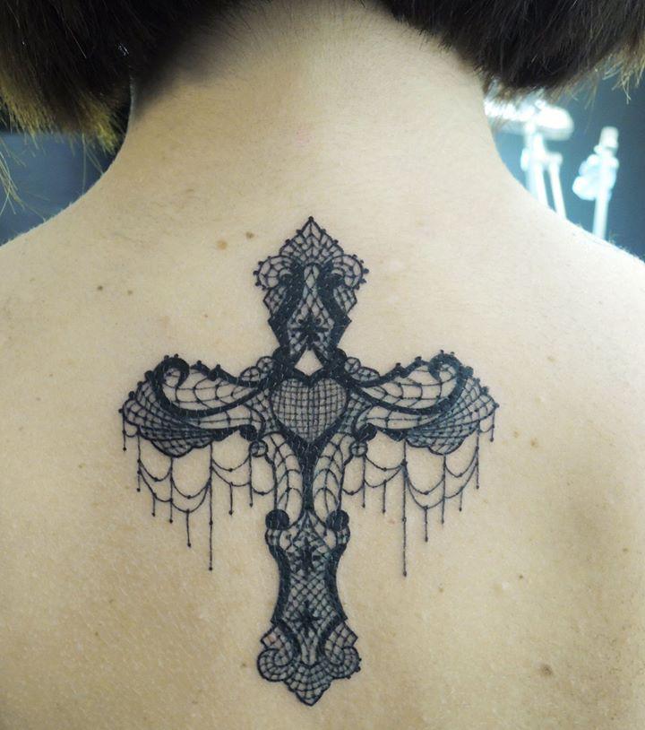 Kreuz tattoo am hals