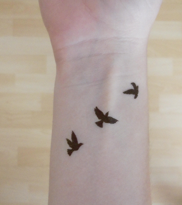 Vorübergehendes Tattoo: Vogel auf dem Handgelenk