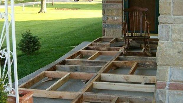 Ein Paar Verwendet Holzpaletten Um Eine Wunderschone Terrasse Zu Bauen