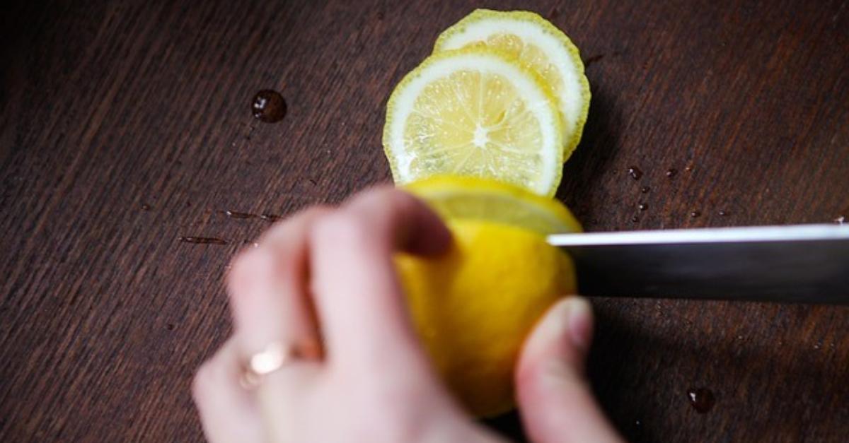 Sie stellt jede Nacht eine Zitrone neben ihr Bett - der Grund ist gen…