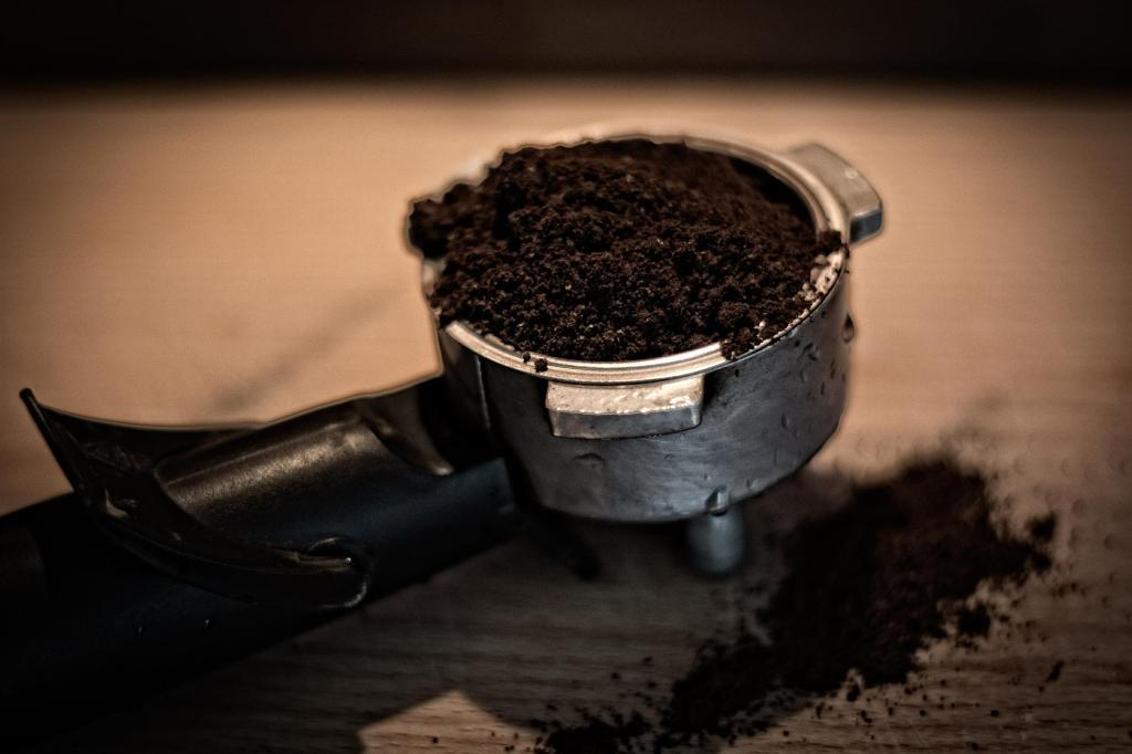 Bloß nicht wegschmeißen: So nützlich ist Kaffeesatz für Haushalt, Schönheit & Co.!
