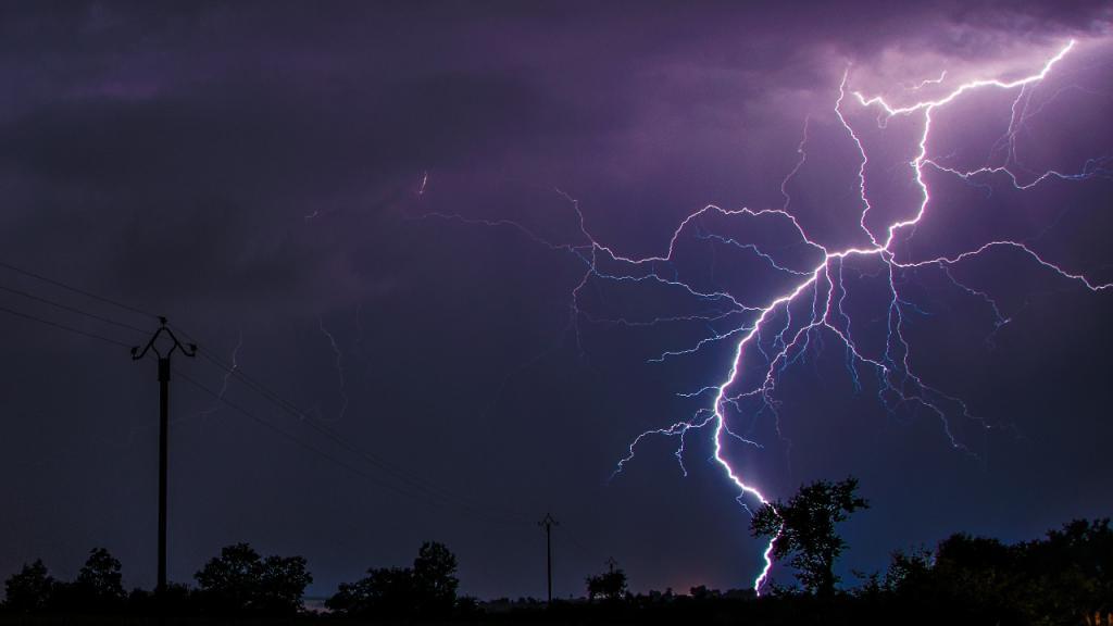Turbulente Autofahrt: Blitz schlägt dreimal in Auto von mehrköpfiger Familie ein