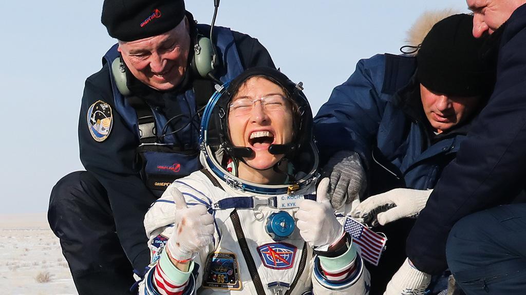 328 Tage im All: Astronautin kehrt auf Erde zurück, doch ihre Hündin stiehlt ihr die Show
