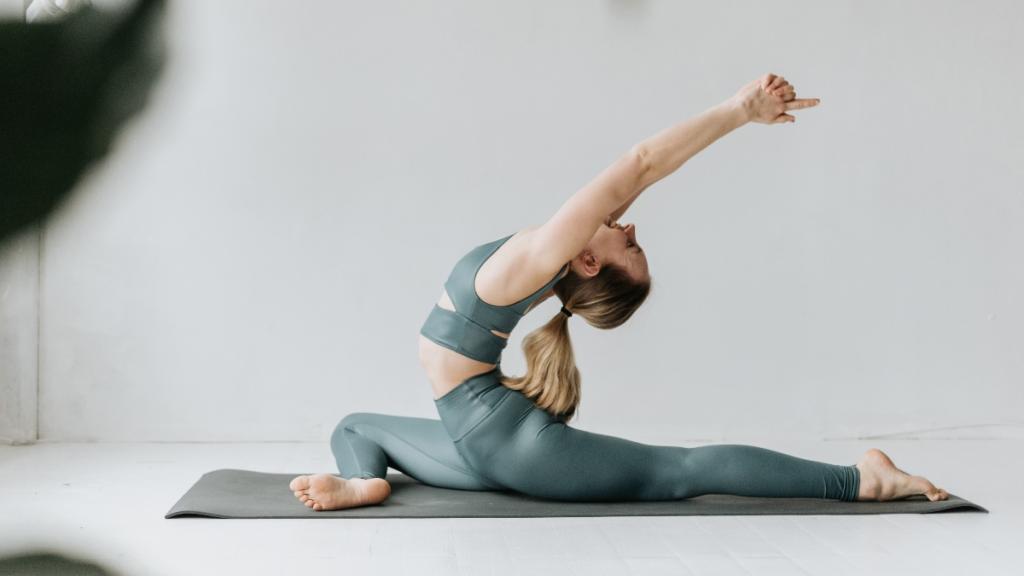 So bekommst du mit Yoga ein straffes Dekolletee
