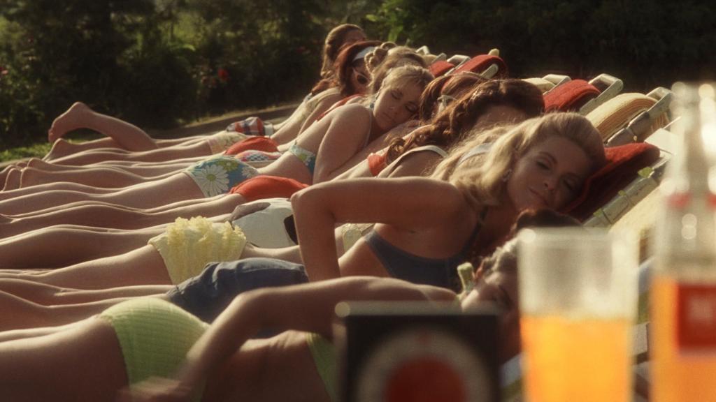Lässig am Strand: 8 Ideen, wie du deinen Bikini mit Shorts kombinieren kannst