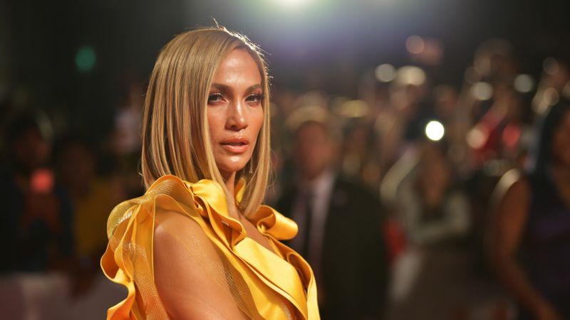 Jennifer Lopez präsentiert ihren Traumkörper in einer roten Leggings