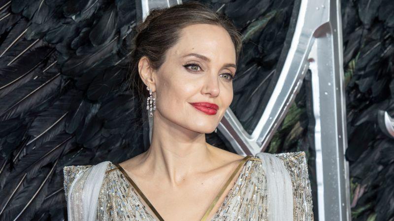Angelina Jolie posiert nackt und sendet eine wichtige Botschaft