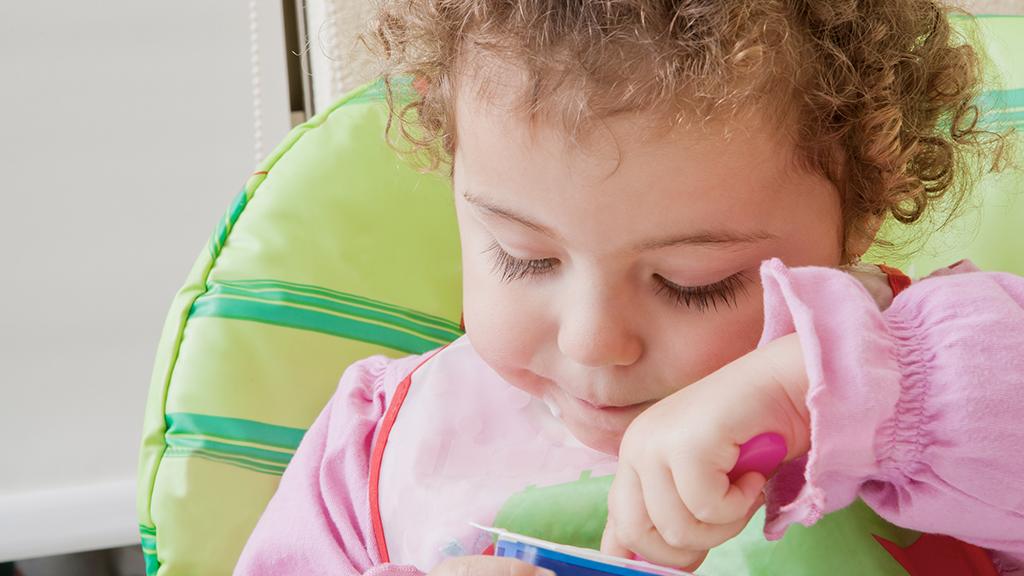 Vater staunt nicht schlecht: Innerhalb von 10 Minuten verputzt 3-jährige Tochter Monatsvorrat an Joghurts