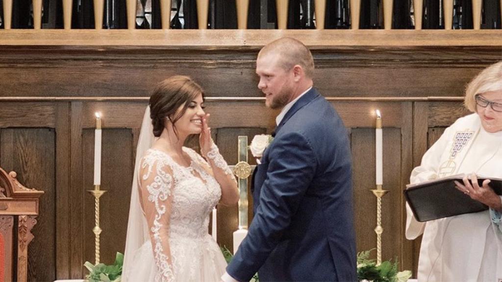 Vierbeiner stiehlt Braut und Bräutigam vor dem Altar die Show