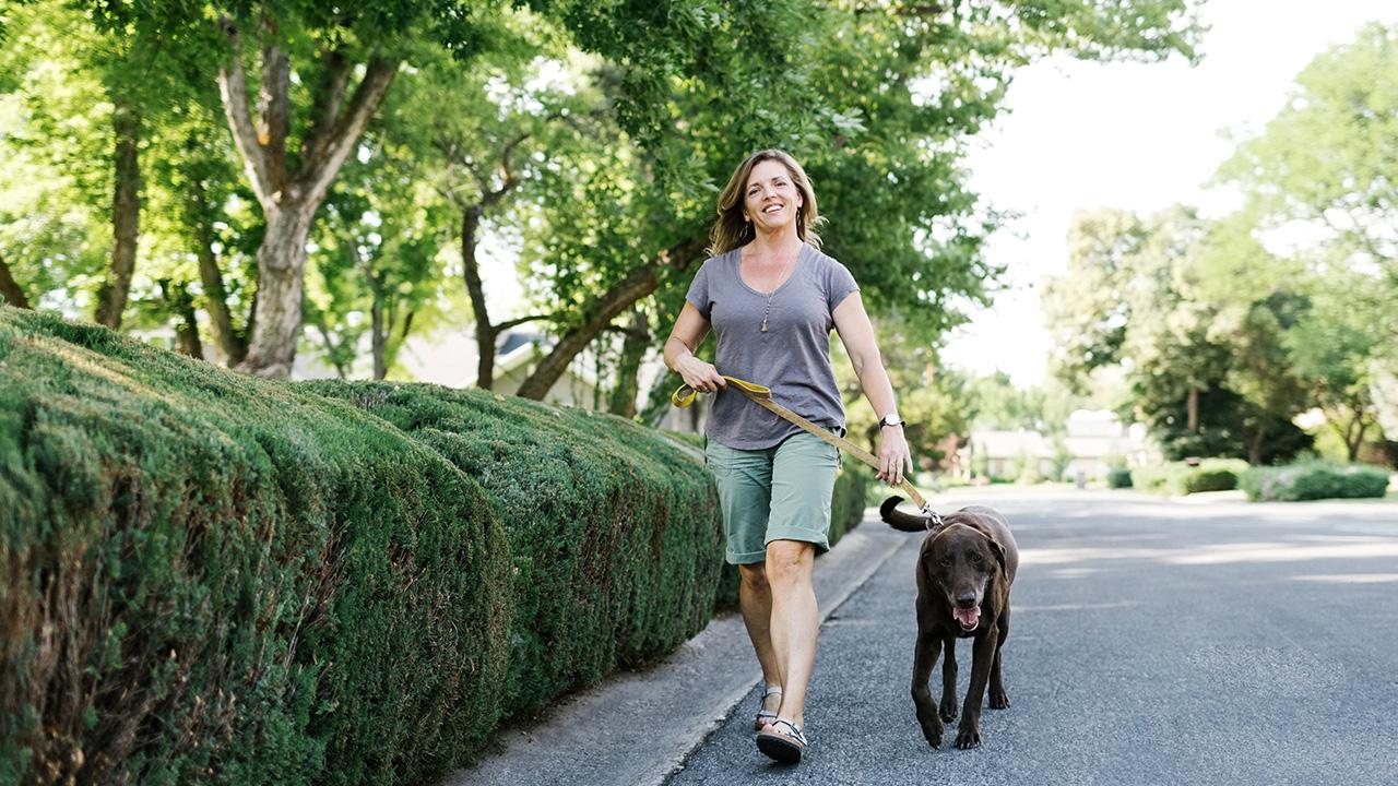 Nach Spaziergang mit Hund hat junge Frau plötzlich