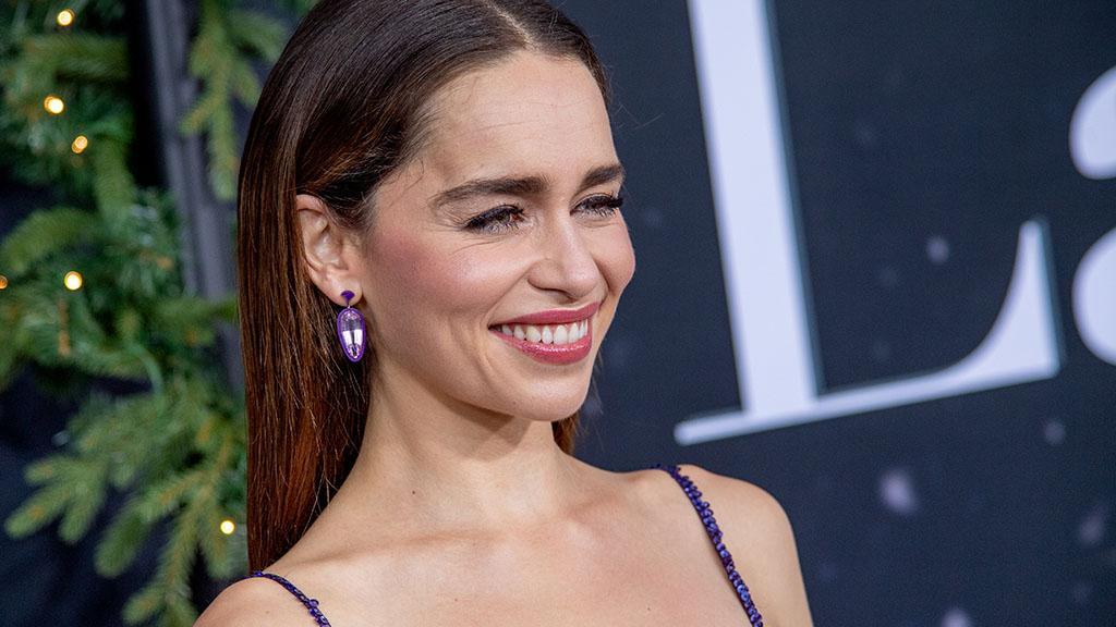 Umwerfendes Kleid: Emilia Clarke bezaubert im Weihnachtskugel-Look