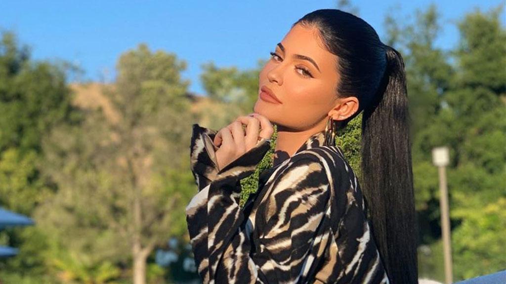 """""""Schämt euch"""": Kylie Jenner erntet Shitstorm für ihren Fuchsfellmantel"""