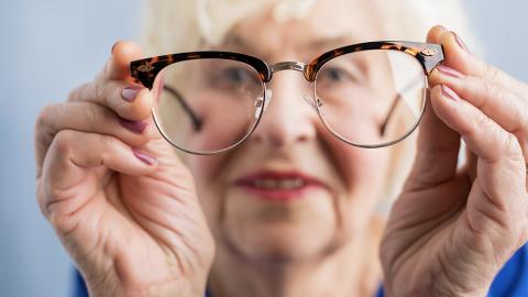 Großmutter lässt sich die Augen tätowieren und das aus erstaunlichem Grund!