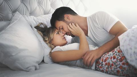 Besuch von der Schwiegermutter? Heiße Stellungen, um leise Liebe zu machen