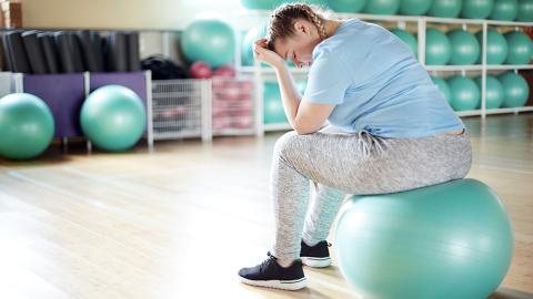 Übergewichtige will abnehmen, doch dann erlaubt sich ihr Fitnesstrainer ekelhafte Aktion