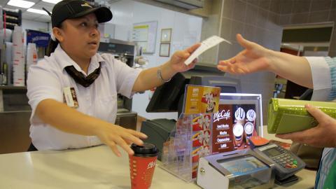 McDonald's-Mitarbeiter verrät: Darum solltest du zwischen 12 und 14 Uhr nach dem Kassenbon fragen