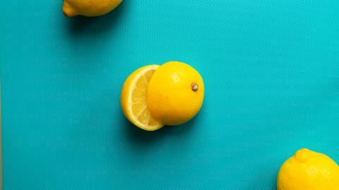 Originell und effektiv: So presst du eine Zitrone ohne Zitruspresse aus