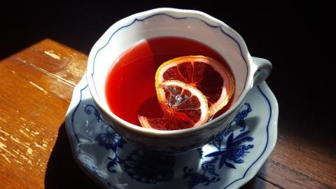 Hibiskus-Tee für den Sommer: Darum solltest du ihn öfter trinken