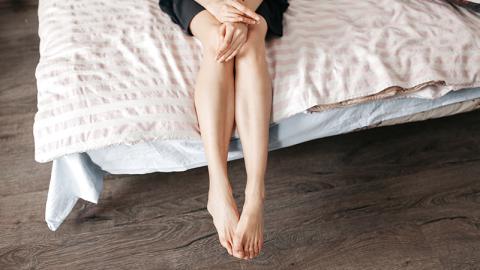 Frau schlafen Arme und Beine ein: Dann entdeckt sie tödliche Krankheit