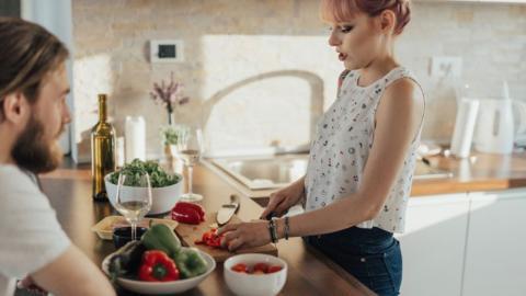 Mental Load: Warum Frauen im Berufs- und Privatleben ihre wahren Gefühle unterdrücken