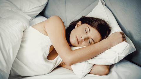 Rechts oder links? Es gibt nur eine richtige Seite, auf der du nachts schlafen darfst!