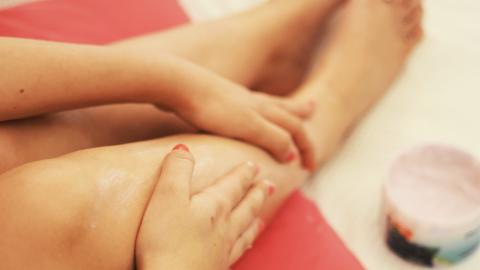Erkältungssalbe auf die Füße aufzutragen bringt mehrere Vorteile