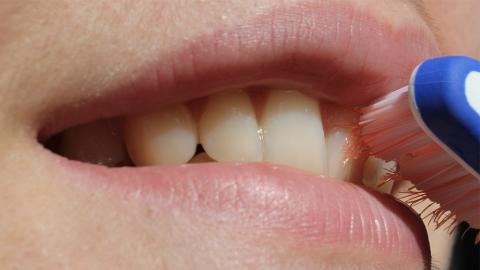 Dieser Fehler bei der Zahnhygiene kann Hautunreinheiten auslösen