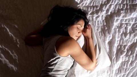 Auf dieser Seite solltest du nachts nicht schlafen, sonst gefährdest du deine Gesundheit