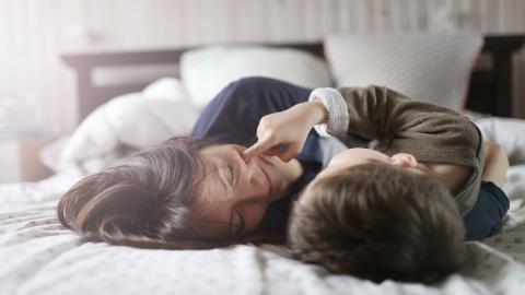 Mutter wird Pädophilie vorgeworfen, weil sie Sohn (4) noch stillt