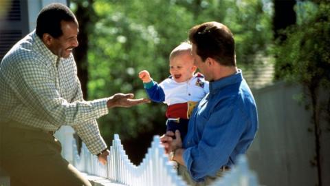 Baby wird gehörlos geboren, dann überraschen Nachbarn mit rührender Geste