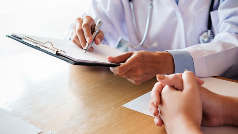 Von Brustkrebs geheilt: Frau erfährt Jahre später, was ihr Arzt wirklich getan hat