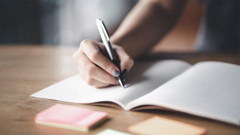 Junge Frau kann nach Brust-OP plötzlich nicht mehr schreiben