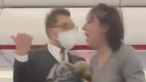 Corona: Maskenverweigerin hustet EasyJet-Passagiere absichtlich an (Video)
