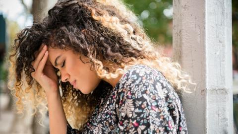 Ärzte behaupten, die junge Frau hätte bloß Migräne: Dann kommt die Hilfe beinahe zu spät