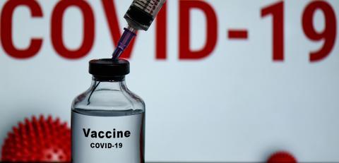 Nach einer der ersten Corona-Impfungen der Geschichte: Eine US-Krankenschwester fällt 10 Minuten nach ihrem Termin in Ohnmacht