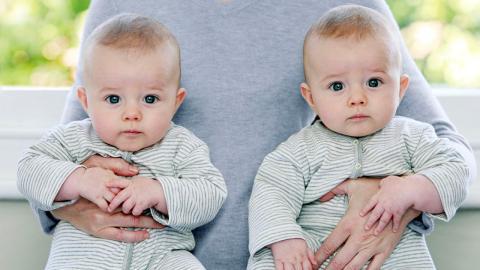 Komplikation bei Zwillingsgeburt: Baby wird durch Umarmung gerettet