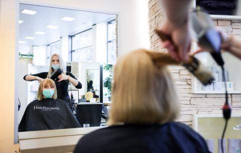 Covid-19: Aus diesem Grund ist das Ansteckungsrisiko beim Friseur so hoch!