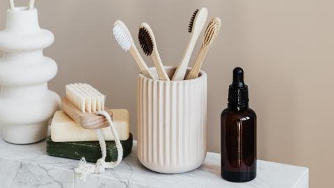 Toilettenspülung, Kissen, Zahnbürste: Diese ekligen Alltagsfehler machen wir alle