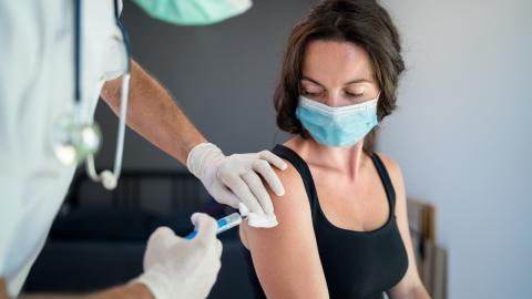 Nach Covid-Impfung: Frauen klagen über stärkere und unregelmäßige Periode