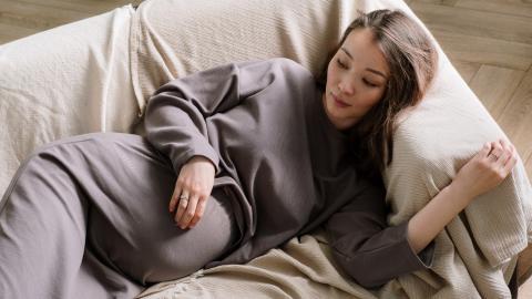 Ungewöhnliche Geburt: Schwangere gebärt Baby im Schlaf