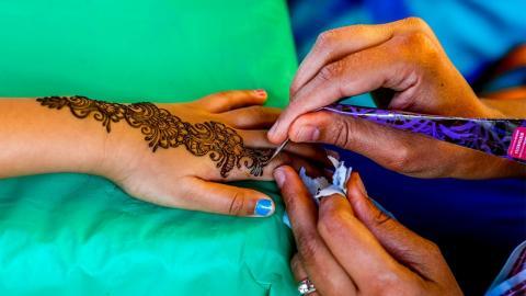 Henna-Tattoo im Urlaub mit bösen Folgen: Frau bekommt riesige Narben